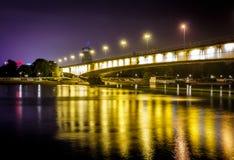 Γέφυρα πόλεων τη νύχτα με τη μακροχρόνια έκθεση στοκ εικόνες με δικαίωμα ελεύθερης χρήσης