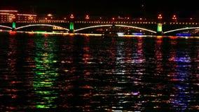 Γέφυρα πόλεων τη νύχτα απόθεμα βίντεο
