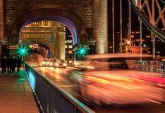 Γέφυρα πύργων η νύχτα Στοκ εικόνες με δικαίωμα ελεύθερης χρήσης