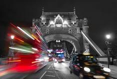 Γέφυρα πύργων και μίγμα χρώματος κυκλοφορίας στοκ φωτογραφίες