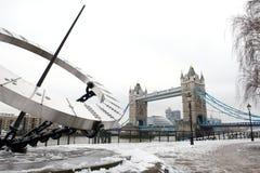 Γέφυρα πύργων και πίνακας Hill πύργων στο χιόνι, Λονδίνο, UK στοκ εικόνα