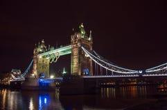 Γέφυρα πύργων με τα ολυμπιακά δαχτυλίδια Στοκ φωτογραφία με δικαίωμα ελεύθερης χρήσης