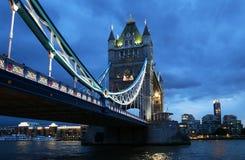 Γέφυρα πύργων πέρα από ποταμός του Τάμεση τη νύχτα στο Λονδίνο, Ηνωμένο Βασίλειο Στοκ φωτογραφίες με δικαίωμα ελεύθερης χρήσης