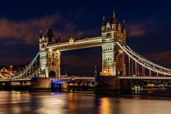 Γέφυρα πύργων στο Λονδίνο τη νύχτα στοκ εικόνα