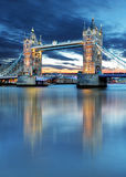 Γέφυρα πύργων στο Λονδίνο, UK, τή νύχτα στοκ φωτογραφία με δικαίωμα ελεύθερης χρήσης