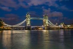 Γέφυρα πύργων τη νύχτα, Λονδίνο στοκ φωτογραφίες