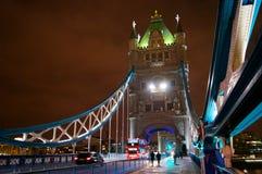 Γέφυρα πύργων τη νύχτα μια άποψη με το λεωφορείο στοκ φωτογραφία με δικαίωμα ελεύθερης χρήσης