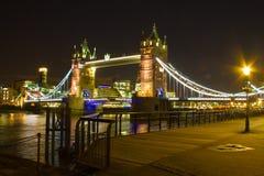 Γέφυρα πύργων τη νύχτα Στοκ εικόνα με δικαίωμα ελεύθερης χρήσης