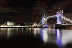 Γέφυρα πύργων τη νύχτα Στοκ εικόνες με δικαίωμα ελεύθερης χρήσης