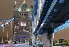 Γέφυρα πύργων τη νύχτα Στοκ Φωτογραφία