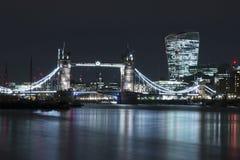 Γέφυρα πύργων τη νύχτα Στοκ Φωτογραφίες