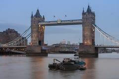 Γέφυρα πύργων το βράδυ, Λονδίνο, Αγγλία Στοκ φωτογραφία με δικαίωμα ελεύθερης χρήσης