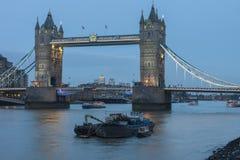 Γέφυρα πύργων το βράδυ, Λονδίνο, Αγγλία Στοκ Φωτογραφίες