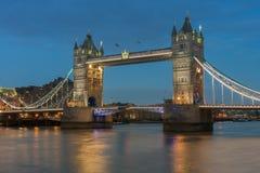 Γέφυρα πύργων το βράδυ, Λονδίνο, Αγγλία Στοκ Εικόνες