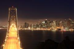 Γέφυρα & Σαν Φρανσίσκο κόλπων τη νύχτα Στοκ Εικόνες