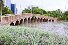 Γέφυρα σε ένα πάρκο στην κεντρική Μπανγκόκ, Ταϊλάνδη Στοκ Φωτογραφίες