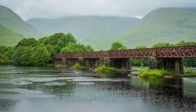 Γέφυρα σιδηροδρόμων κοντά σε Kilchurn Castle και το δέο λιμνών, Argyll και Bute, Σκωτία Στοκ εικόνες με δικαίωμα ελεύθερης χρήσης