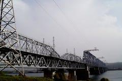 Γέφυρα σιδηροδρόμων πέρα από τον ποταμό Πριν από τη θύελλα στοκ φωτογραφία με δικαίωμα ελεύθερης χρήσης