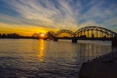 Γέφυρα σιδηροδρόμου πέρα από τον ποταμό Daugava στη Ρήγα Στοκ εικόνα με δικαίωμα ελεύθερης χρήσης