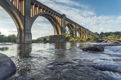 Γέφυρα σιδηροδρόμου του Ρίτσμοντ πέρα από τον ποταμό του James στοκ φωτογραφίες