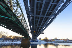 Γέφυρα σιδηροδρόμου χάλυβα στο ηλιοβασίλεμα Στοκ Εικόνα