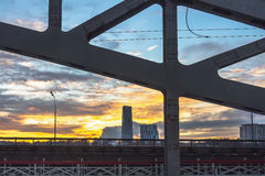 Γέφυρα σιδηροδρόμου χάλυβα στο ηλιοβασίλεμα Στοκ Φωτογραφίες