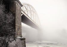 Γέφυρα σιδηροδρόμων στην ομίχλη Στοκ φωτογραφία με δικαίωμα ελεύθερης χρήσης