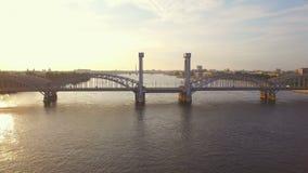 Γέφυρα σιδηροδρόμων της Φινλανδίας πέρα από τον ποταμό Neva απόθεμα βίντεο