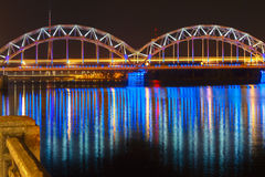 Γέφυρα σιδηροδρόμων τη νύχτα, Ρήγα, Λετονία Στοκ εικόνες με δικαίωμα ελεύθερης χρήσης