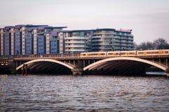 Γέφυρα σιδηροδρόμων Battersea με τη διάβαση 2 τραίνων Τεχνική κλίση-μετατόπισης Στοκ Εικόνες
