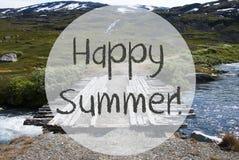 Γέφυρα στα βουνά της Νορβηγίας, ευτυχές καλοκαίρι κειμένων στοκ φωτογραφία με δικαίωμα ελεύθερης χρήσης