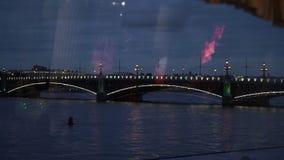 Γέφυρα στην Άγιος-Πετρούπολη τη νύχτα απόθεμα βίντεο