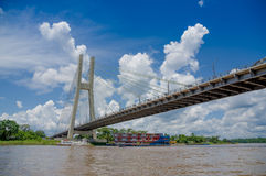 Γέφυρα στην κόκα, ποταμός Napo, λεκάνη της Αμαζώνας του Ισημερινού Στοκ φωτογραφίες με δικαίωμα ελεύθερης χρήσης