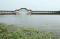 Γέφυρα στη λίμνη Στοκ φωτογραφία με δικαίωμα ελεύθερης χρήσης