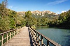 Γέφυρα στη δεξαμενή Valdemurio, Senda del Oso, αστουρίες, Ισπανία στοκ εικόνες