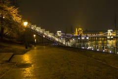 Γέφυρα στη νύχτα πόλεων Στοκ Εικόνες
