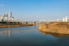 Γέφυρα στη Σεούλ με τον ποταμό στοκ εικόνες