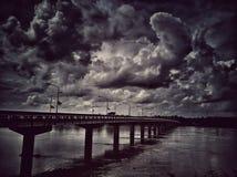 Γέφυρα στον ποταμό με τα σύννεφα στο monotone ύφος στοκ φωτογραφίες με δικαίωμα ελεύθερης χρήσης