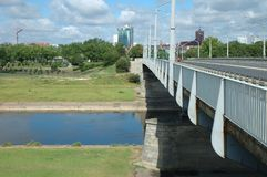 Γέφυρα στον ποταμό Warta στο Πόζναν, Πολωνία Στοκ Φωτογραφίες