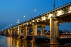 Γέφυρα στον πρόωρο της νύχτας Στοκ εικόνες με δικαίωμα ελεύθερης χρήσης