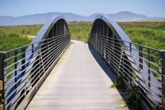 Γέφυρα στο παράκτιο ίχνος κοντά στο μισό κόλπο φεγγαριών Στοκ εικόνες με δικαίωμα ελεύθερης χρήσης