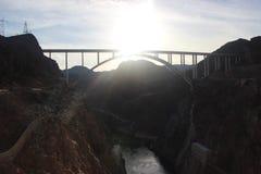 Γέφυρα στο φράγμα Hoover στο ηλιοβασίλεμα πέρα από τη λίμνη του Κολοράντο Στοκ Φωτογραφίες