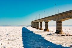 Γέφυρα συνομοσπονδίας πέρα από το θαλάσσιο πάγο σε PEI Καναδάς στοκ εικόνες