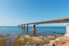 Γέφυρα συνομοσπονδίας πέρα από το στενό της Northumberland Στοκ εικόνα με δικαίωμα ελεύθερης χρήσης