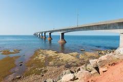 Γέφυρα συνομοσπονδίας πέρα από το στενό της Northumberland Στοκ φωτογραφία με δικαίωμα ελεύθερης χρήσης