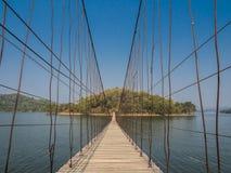 Γέφυρα σχοινιών άμεση στο μόνο νησί πέρα από τη λίμνη Στοκ Φωτογραφία