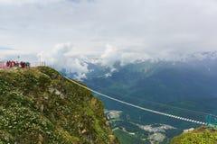 Γέφυρα σχοινιών μεταξύ των αιχμών βουνών στο χιονοδρομικό κέντρο στοκ εικόνες