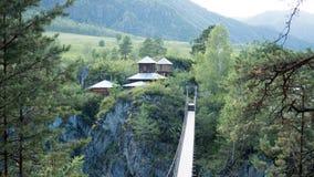 Γέφυρα σχοινιών στο νησί πέρα από ένα ρεύμα βουνών Στοκ φωτογραφία με δικαίωμα ελεύθερης χρήσης