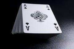 γέφυρα σωρών καρτών πόκερ άσσων στο σκοτεινό υπόβαθρο Στοκ εικόνα με δικαίωμα ελεύθερης χρήσης