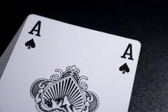 γέφυρα σωρών καρτών πόκερ άσσων στο σκοτεινό υπόβαθρο Στοκ Φωτογραφία